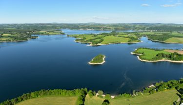 Vue aérienne du Lac de Pareloup sur le Lévézou en Aveyron