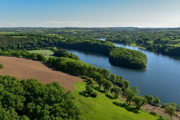 Vue aérienne du Lac de Pont de Salars sur le Lévézou en Aveyron