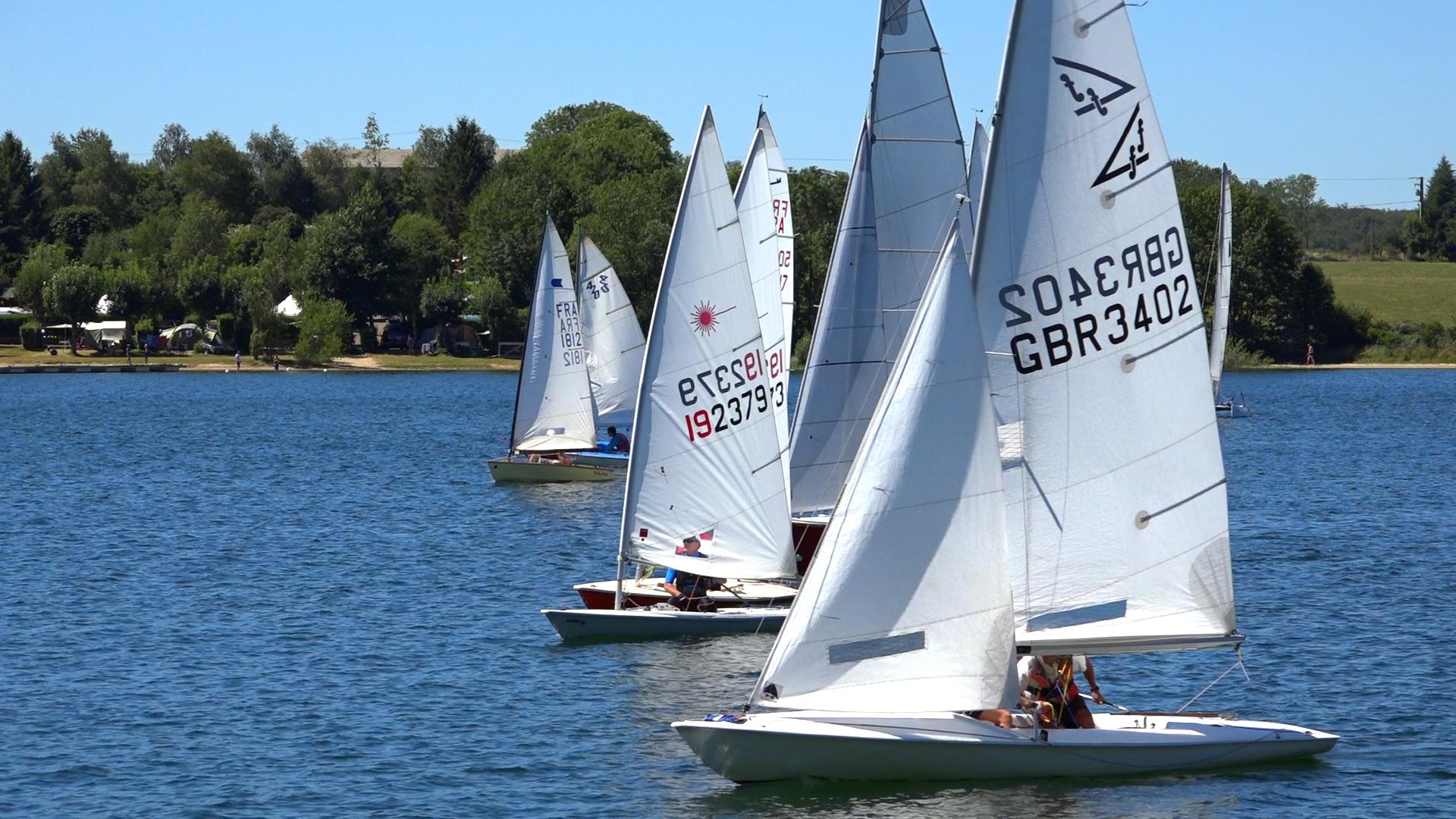 Le Lac de Pareloup est idéal pour pratiquer des sports nautique comme la voile, le pédalo, sur le Lévézou en Aveyron