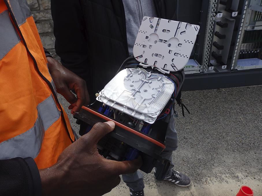 Boitier d'installation de la fibre optique sur le Lévézou dans l'Aveyron