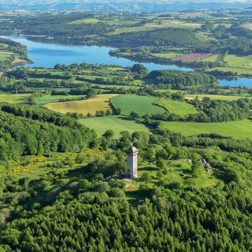 Vue aérienne du Lac de Villefranche de Panat sur le Lévézou en Aveyron